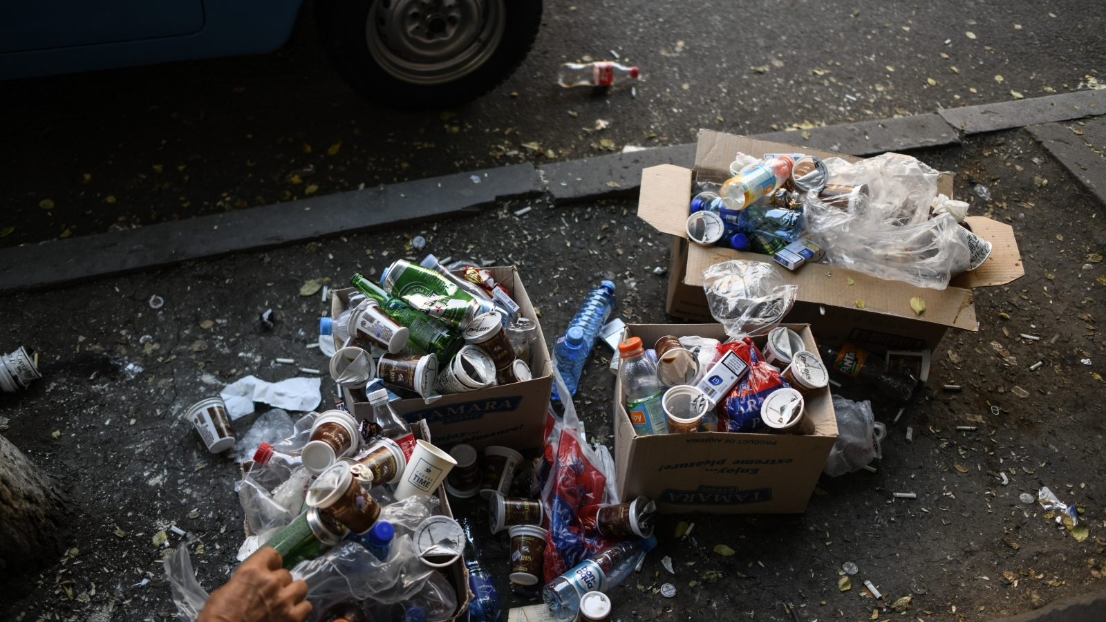 Trash and plastic wastes in one of the central streets of Yerevan (21 May, 2018)