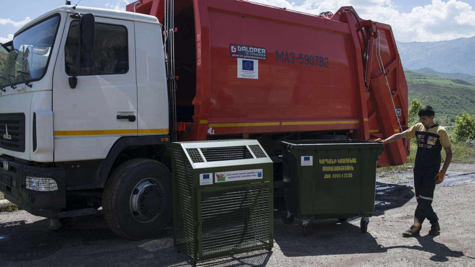New trash bins and trash car for Kapan city, provided with the financial support of the European Union